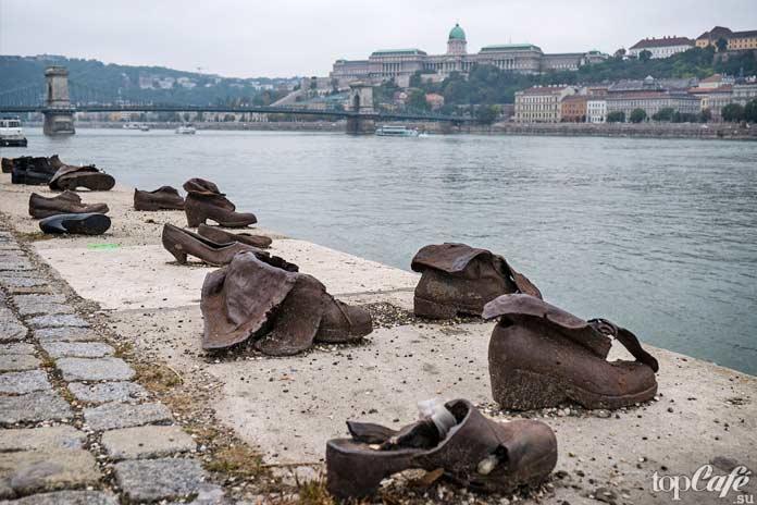 Памятник туфли на набережной