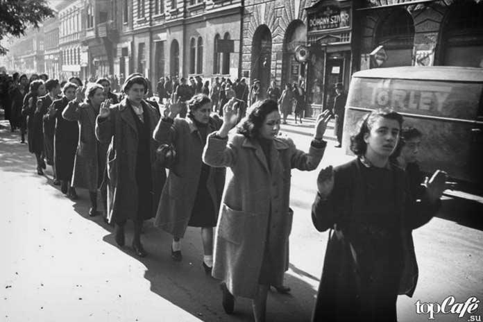 Арестованные еврейские женщины
