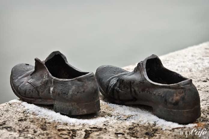 Мужские ботинки на набережной Дуная