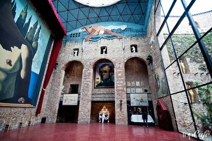 Музей Дали интерьер