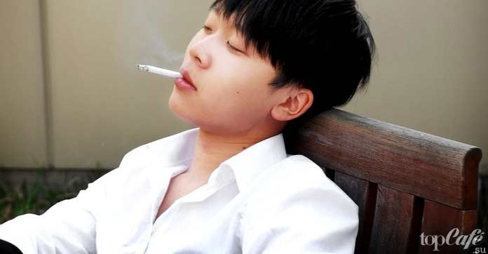 Кореец курит