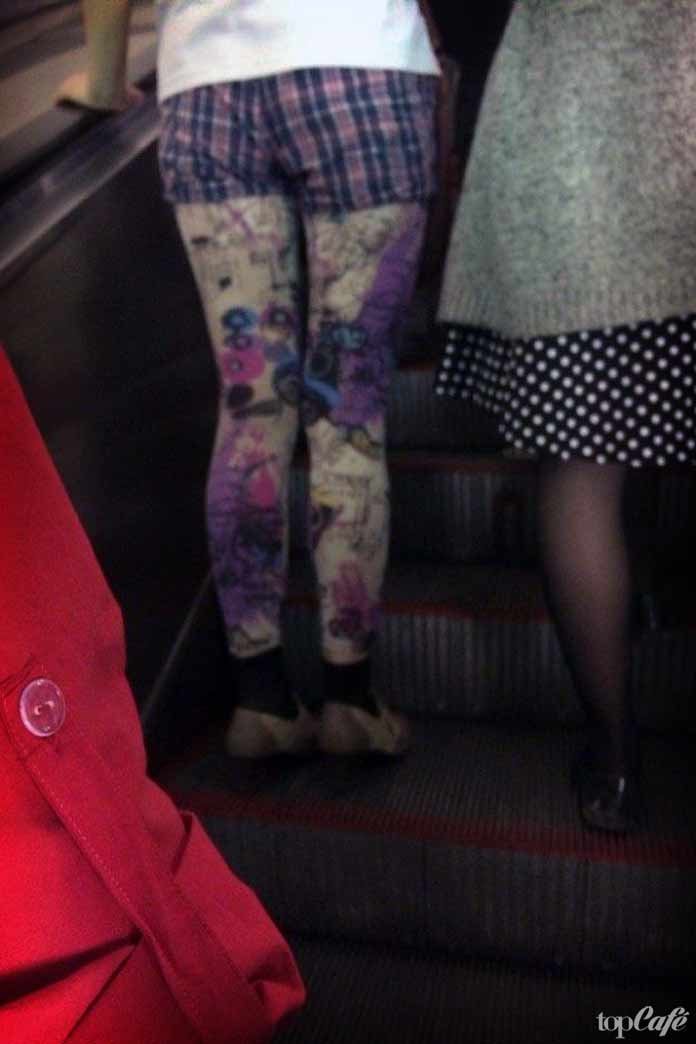 фотографии женщин в метро: Красотка на эскалаторе