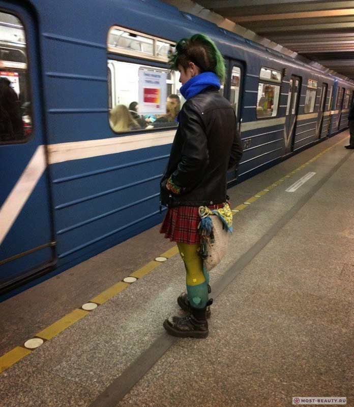 Удивительные фотографии модниц в метро: в ожидании панк-вагона