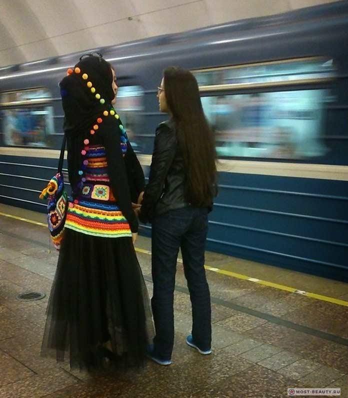 Удивительные фотографии модниц в метро: Необычный наряд