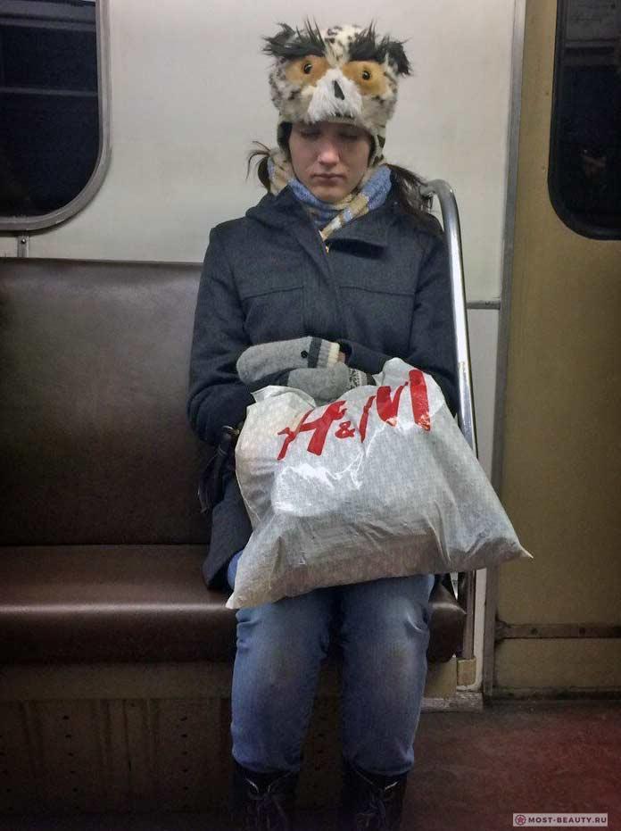 Удивительные фотографии модниц в метро: Сова