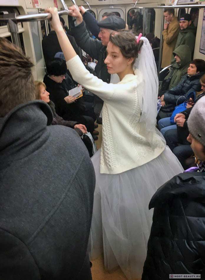 Удивительные фотографии модниц в метро: Невеста