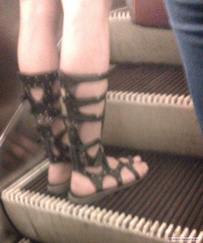 Фотографии женщин в метро: Римские сандалии