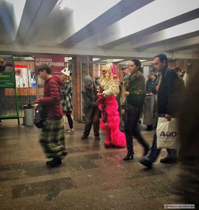 Удивительные фотографии модниц в метро: Королева эпатажа