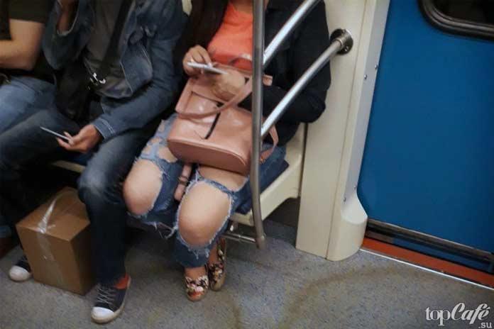 Красивая девушка в метро