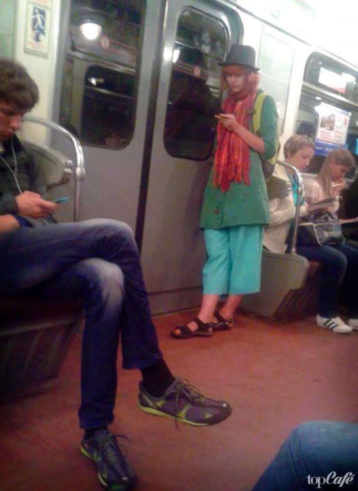 Очень необычная девушка в метро