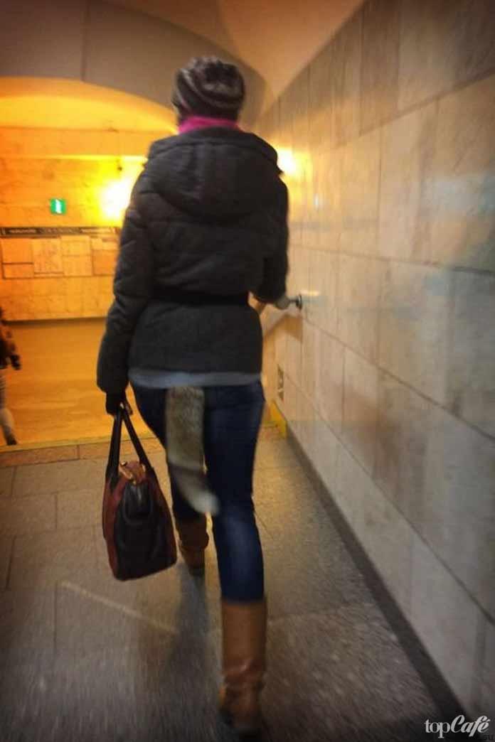 Девушка с хвостом в метро