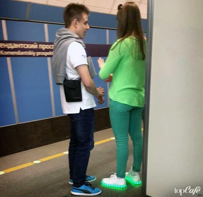 Фотографии женщин в метро: Девушка в зелёном