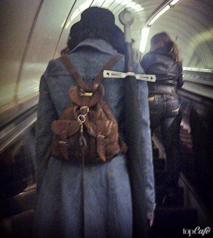 Фотографии женщин в метро: Женщина с рюкзаком и мечом