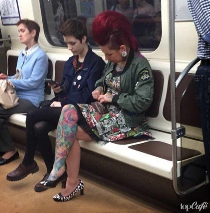 Фотографии женщин в метро: красивая причёска