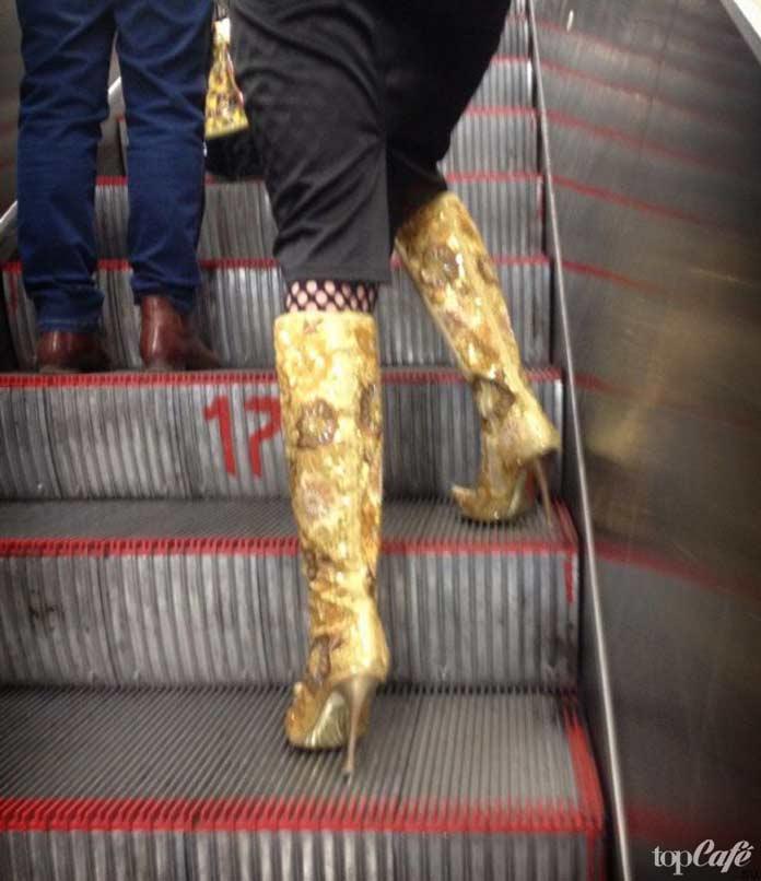 Фотографии женщин в метро: золотые сапоги