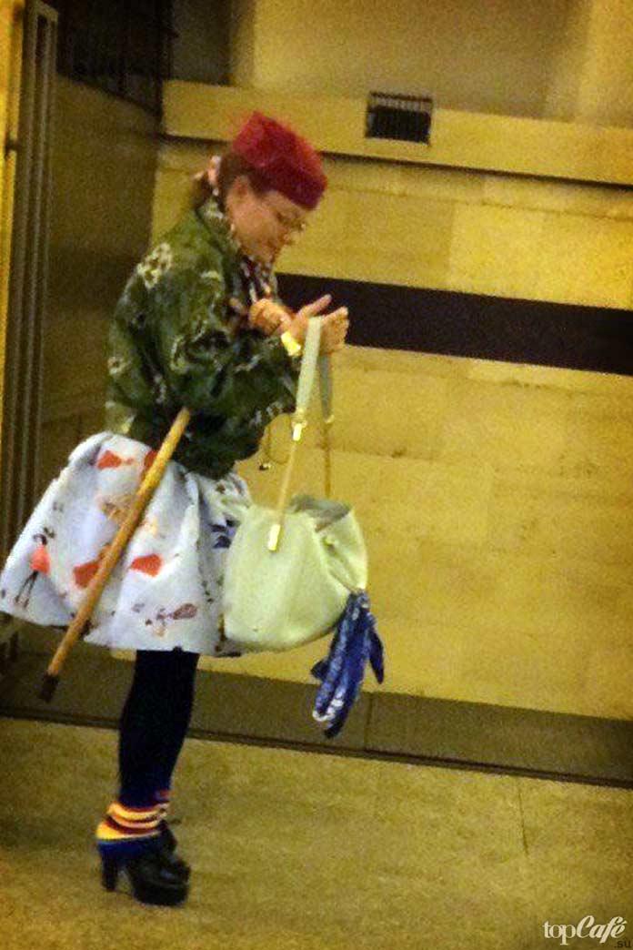 Модная женщина в метро