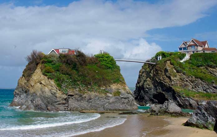 Дом с мостом