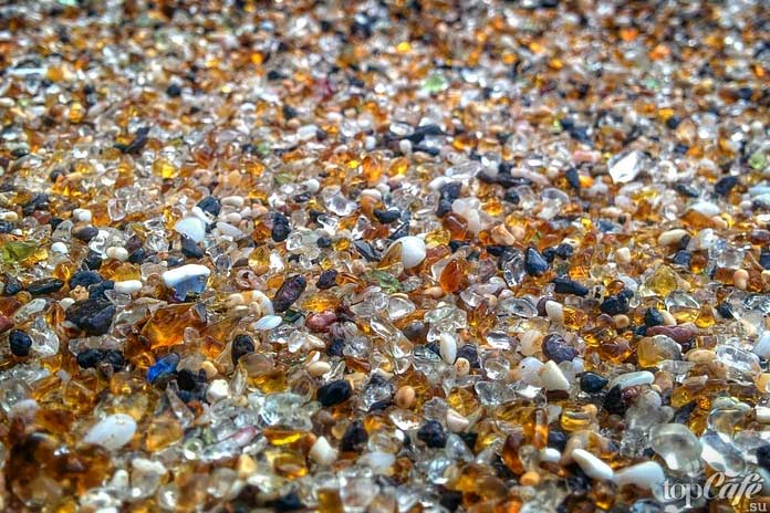 Красивый стеклянный пляж