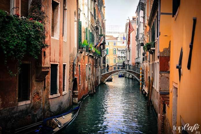 Водная прогулка по каналам Венеции -- романтичное занятие в Италии